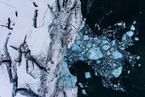 Gelo caindo do Scoresby Sund, o maior fiorde do mundo.  Há cada vez menos gelo durante o verão, e a cada inverno a quantidade de água que volta a congelar é menor!  (Foto: Christian Åslund / Greenpeace)