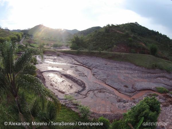 Arraial de Paracatu de Baixo, umas das comunidades ao redor da cidade mineira de Mariana que foi devastada pela lama.  Sob a camada de barro há casas inteiras soterradas.