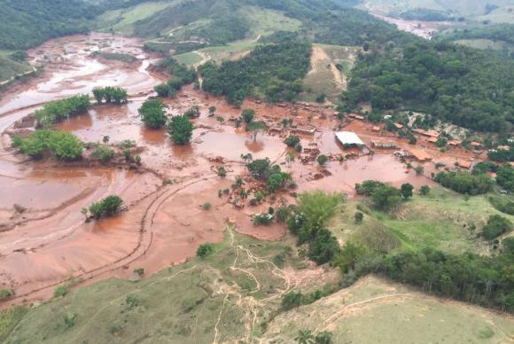 Área afetada pelo rompimento de barragem no distrito de Bento Rodrigues, zona rural de Mariana, em Minas Gerais (Corpo de Bombeiros/MG - Divulgação)Corpo de Bombeiros/MG - Divulgação