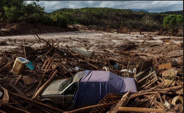 Passagem de lama deixa rastro de destruição no distrito de Bento Rodrigues, em Mariana (MG) Avener Prado/Folhapress