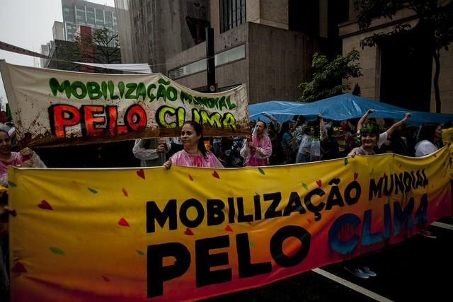 Marcha Mundial pelo Clima, em São Paulo, dias antes do início da COP 21.  A população foi às ruas pedir um acordo que garantisse um futuro seguro para todos nós.  ( ©Zé Gabriel /Greenpeace)