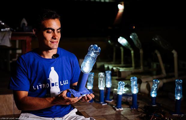 Vitor Belota Gomes, com garrafa PET usada para iluminação