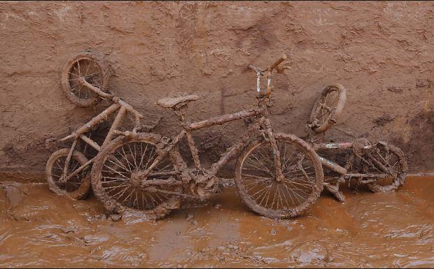 Bicicletas cobertas de lama na frente de uma casa na cidade de Barra Longa, em Minas Gerais.  Leia mais