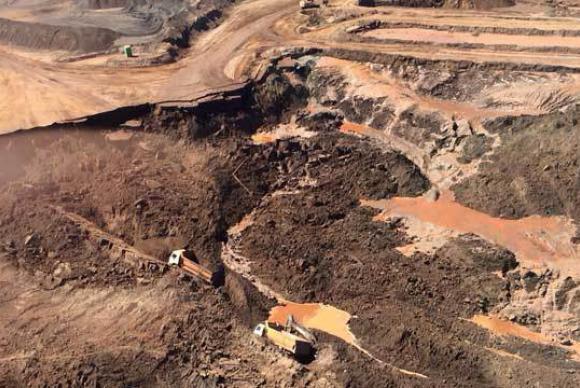 Rompimento da barragem da mineradora Samarco destruiu o distrito de Bento Rodrigues, zona rural a 23 quilômetros de Mariana, em Minas GeraisCorpo de Bombeiros/MG/Divulgação