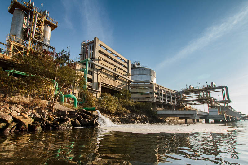 Água branca com espumas sai de dentro do terminal da Petrobras.  Foto: Marcio Isensee e Sá