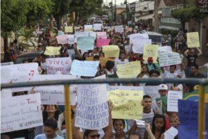 Manifestação em Altamira (PA) pede cumprimento de condicionantes ambientais da usina de Belo Monte (Foto: Letícia Leite/ISA)