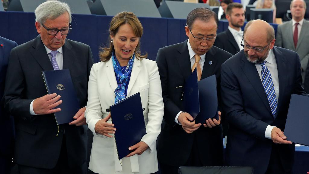 A ministra francesa do Meio Ambiente e Presidente da COP21 Ségolène Royal (esq.), o secretário-geral da ONU, Ban Ki-moon e o presidente do Parlamento Europeu Martin Schulz, 04/10/2016, em Estrasburgo. REUTERS/Vincent Kessler