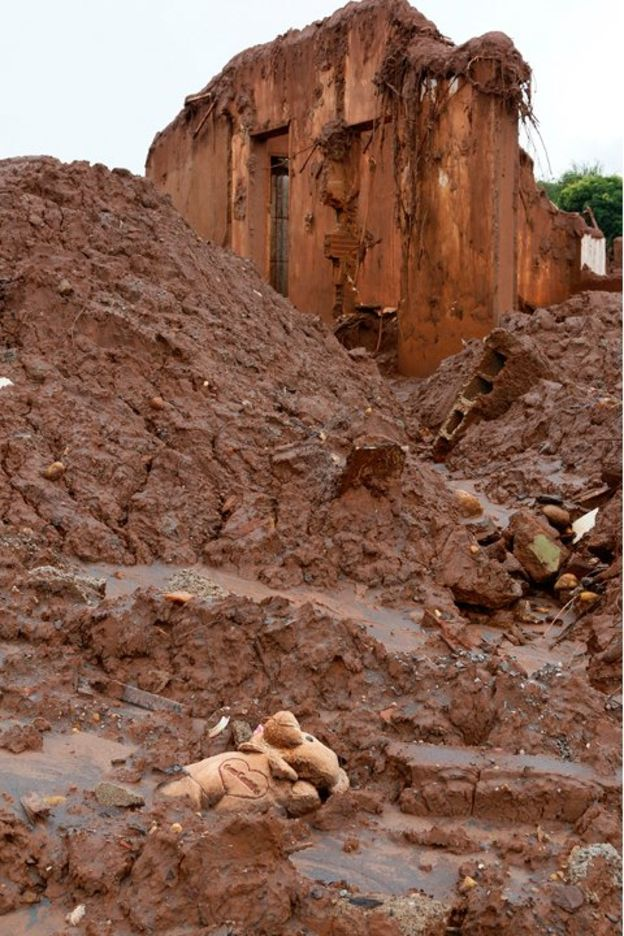 Urso de pelúcia soterrado em Bento Rodrigues, após rompimento de barragens da Samarco