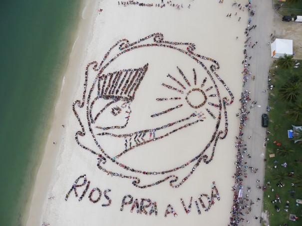 Atividade de John Quigley em 2012, na praia do Flamengo, juntou 1.500 pessoas.  No dia 29 de março, uma ação como essa acontecerá em defesa dos Corais da Amazônia.  (Foto: Chico Paulo/ Spectral Q)