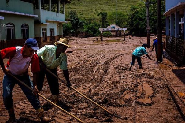 Moradores de Barra Longa fazem a limpeza da cidade coberta pela lama de rejeitos, após o desastre - Foto: Caio Santos