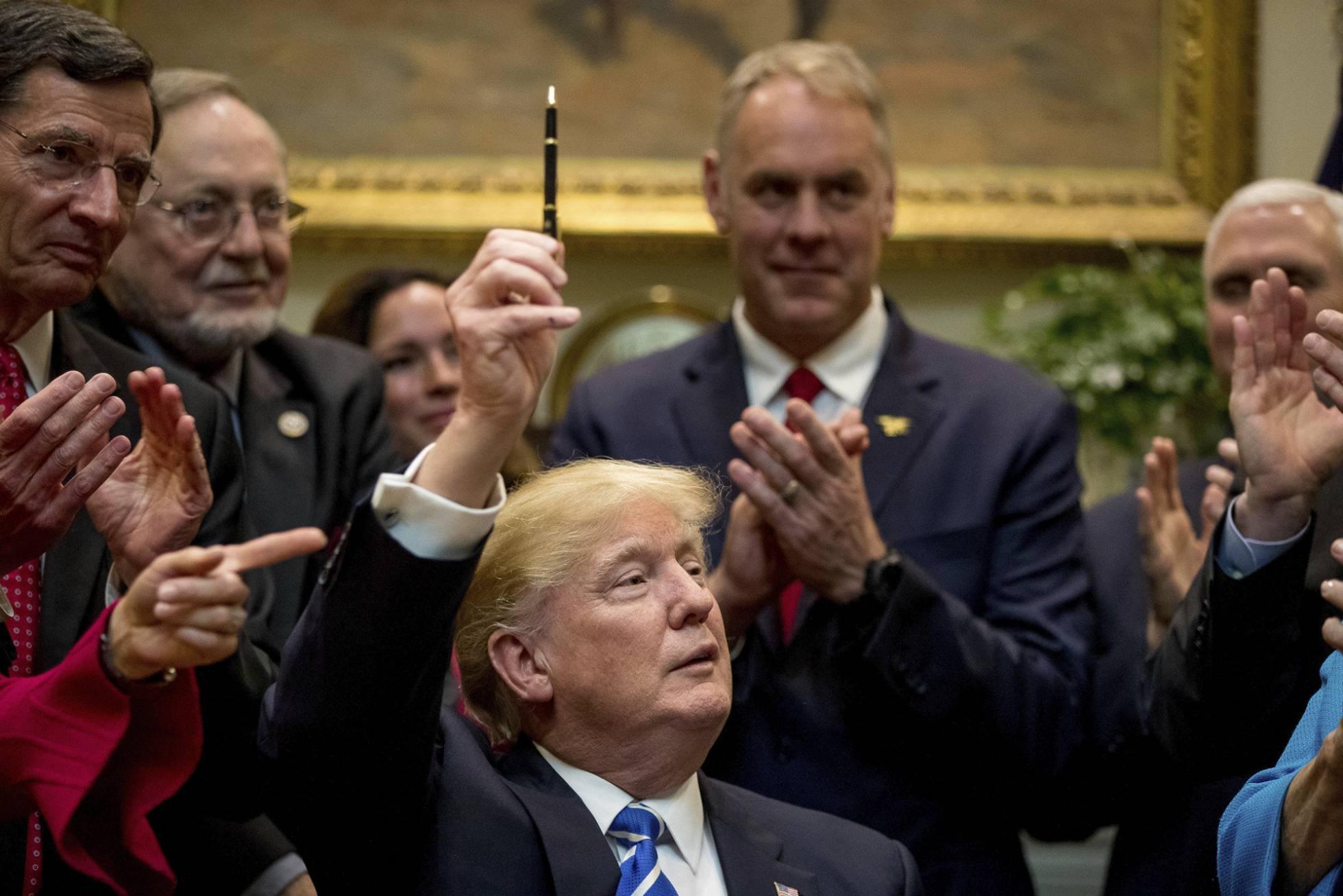 Trump após assinar lei na Casa Branca.  AP