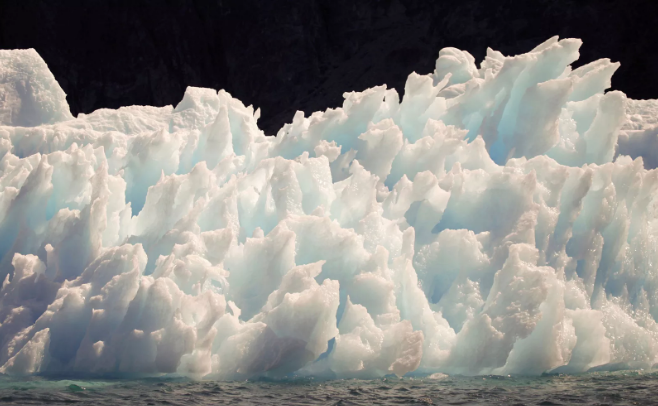 Um iceberg derrete nas redondezas da cidade de Narsarsuaq, no sul da Groelândia (Foto: REUTERS/Bob Strong)