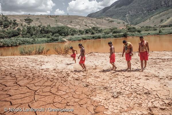 Vivendo próximo às margens do Rio Doce, os índios Krenak estão entre os mais prejudicados pela tragédia.