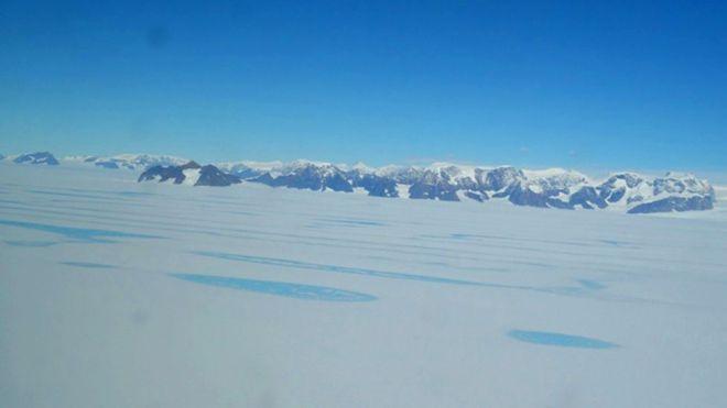 Sobre a superfície da plataforma gelada Larsen C, são observadas lagoas de água derretida