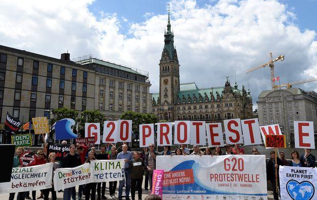 Manifestantes protestam contra o G20 em frente à Prefeitura de Hamburgo, que recebe a cúpula do grupo em julho