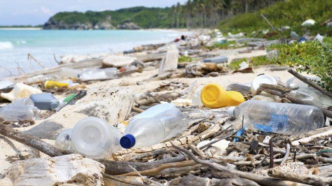 No ritmo atual, será preciso esperar até 2060 para que a reciclagem de plástico supere sua ida para aterros sanitários
