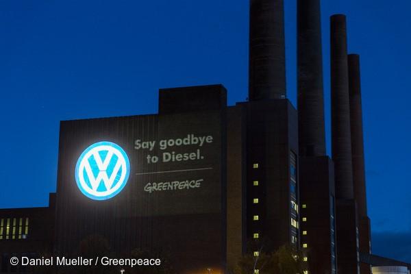 """Em novembro do ano passado, ativistas fizeram uma projeção na sede da Volkswagen, em Wolfsburg, na Alemanha: """"Diga adeus ao diesel""""."""