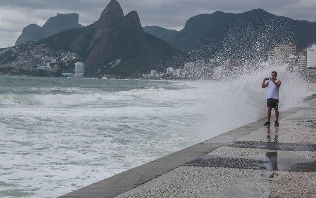 Turista fotografa ressaca no litoral do Rio de Janeiro.  Inundações vão aumentar na região, revela estudo.  Foto: Daniel Scelza