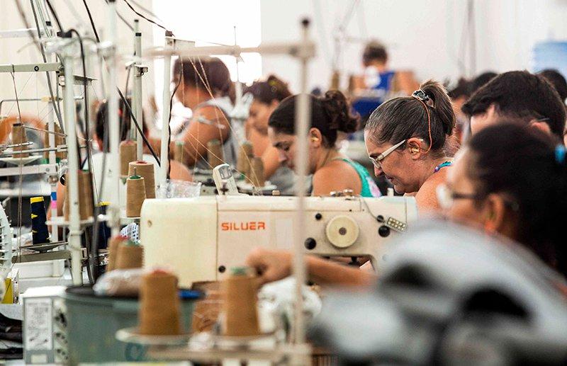 Linha de produção em pequena oficina tercerizada no sertão atende à demanda de grandes marcas da moda (Foto: Lilo Clareto)